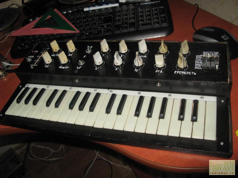 состав синтезатора входят: