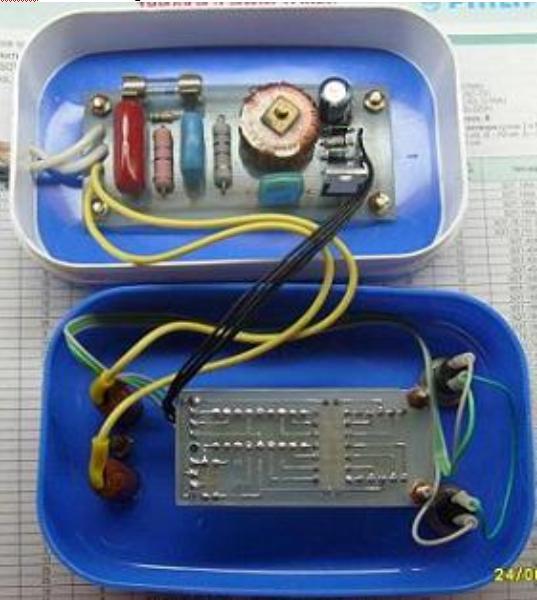 Платы регулятора мощности с цифровой индикацией закреплены с помощью винтов в корпусе обычной мыльницы.