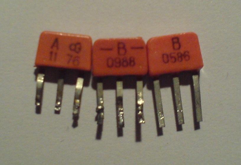 подскажите аналог (желательно советский) транзисторов КТ315.  Между прочим КТ315 здесь у Вас только тот, что слева.