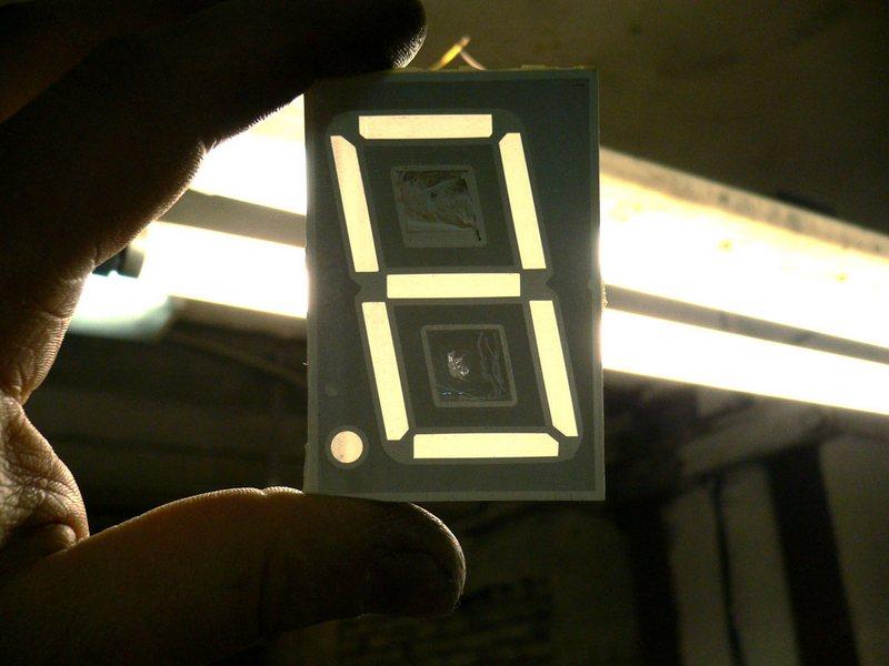 Изменение цвета свечения семисегментного индикатора.